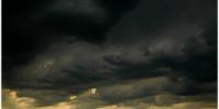 nubes negras en el horizonte